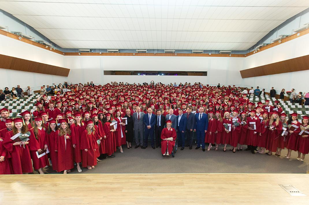 В Президентской академии состоялось вручение дипломов с отличием