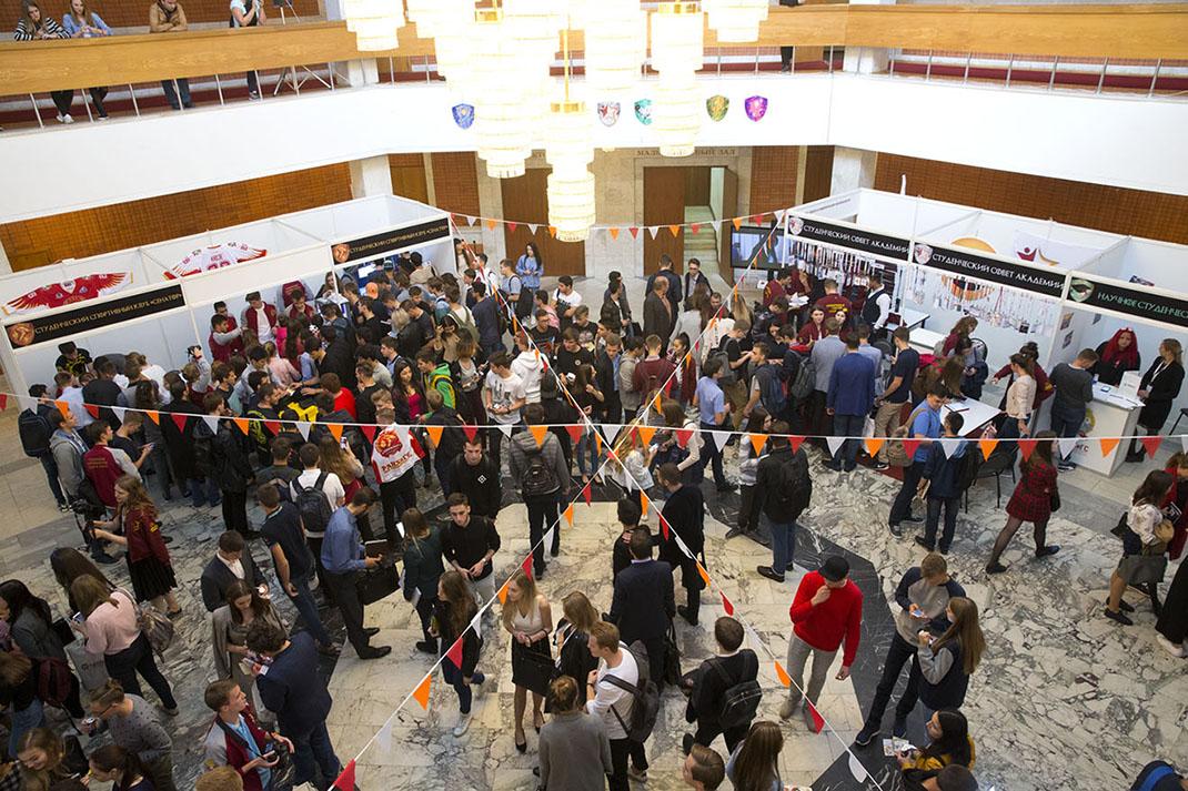 «Первый шаг» посетили 2 тысячи студентов-первокурсников Академии
