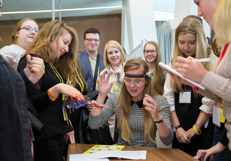 Более 300 студентов РАНХиГС проверили свои возможности в нейролабораториях корпоративного университета Сбербанка на конференции «Newborn generation», где были организованы 10 экспериментальных станций