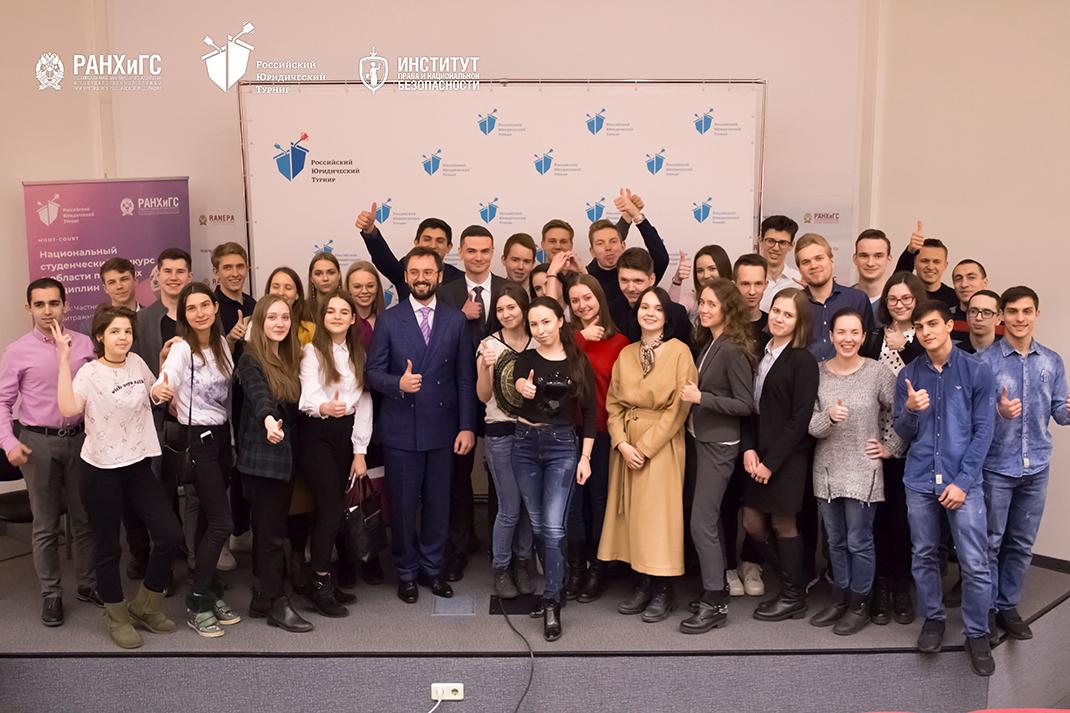 16 команд поборются за победу в Российском юридическом турнире