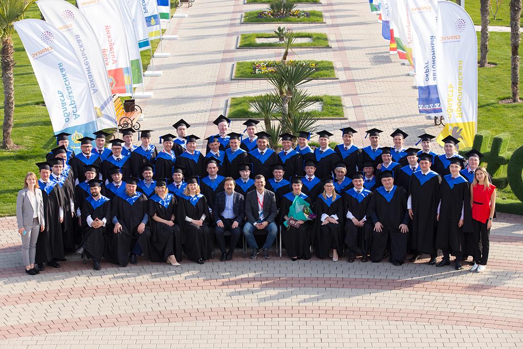 Владимир Мау вручил дипломы слушателям программы ВШГУ по госуправлению