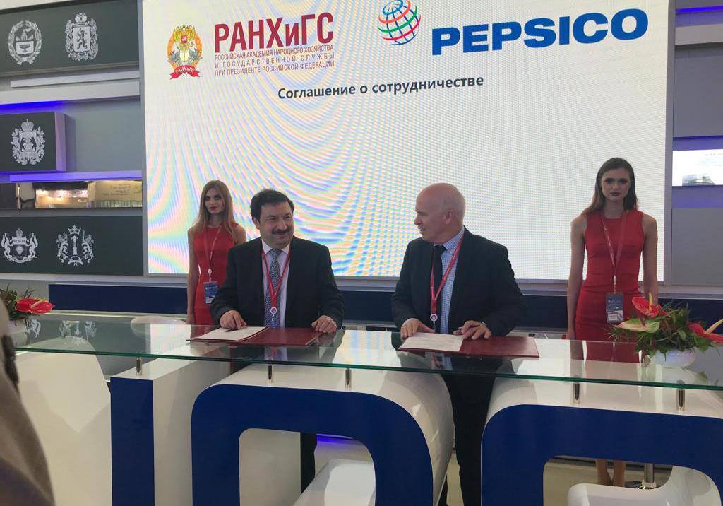 Владимир Мау и главный исполнительный директор PepsiCo в Европе и странах Африки Сильвиу Попович подписали соглашение о сотрудничестве