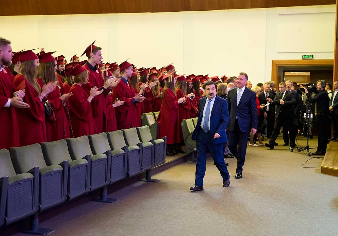 Репортаж, как отличники РАНХиГС получили заслуженные «красные» дипломы и пошли дальше – кто в магистратуру, а кто и в Центробанк