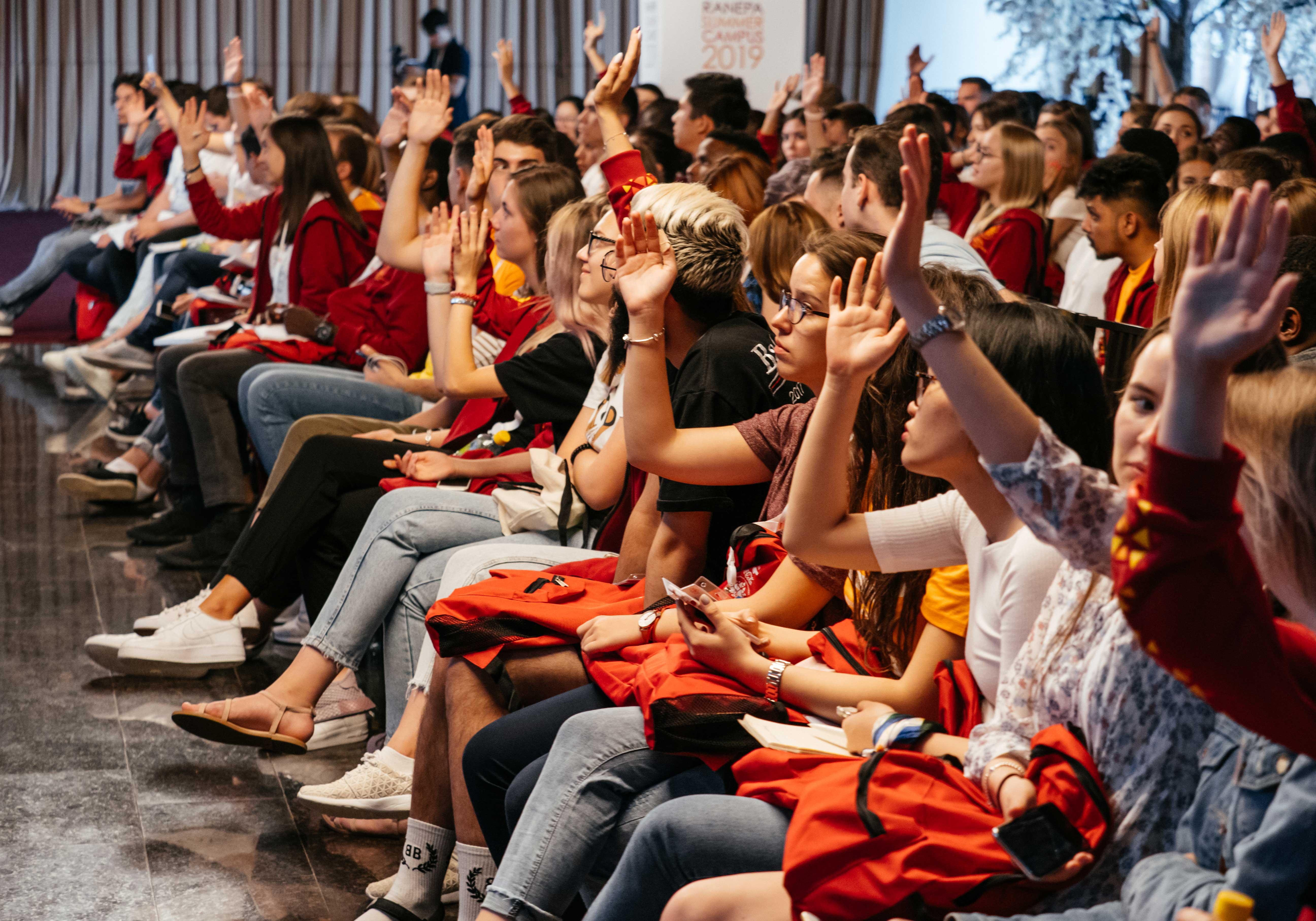 О брендировании городов, всемирных флешмобах и значимости дизайна участники Международного летнего кампуса узнали на лекции генерального директора благотворительного фонда по поддержанию здоровья глаз Eye Care Foundation Бьерна Стенверса о глобальных трендах и маркетинге.