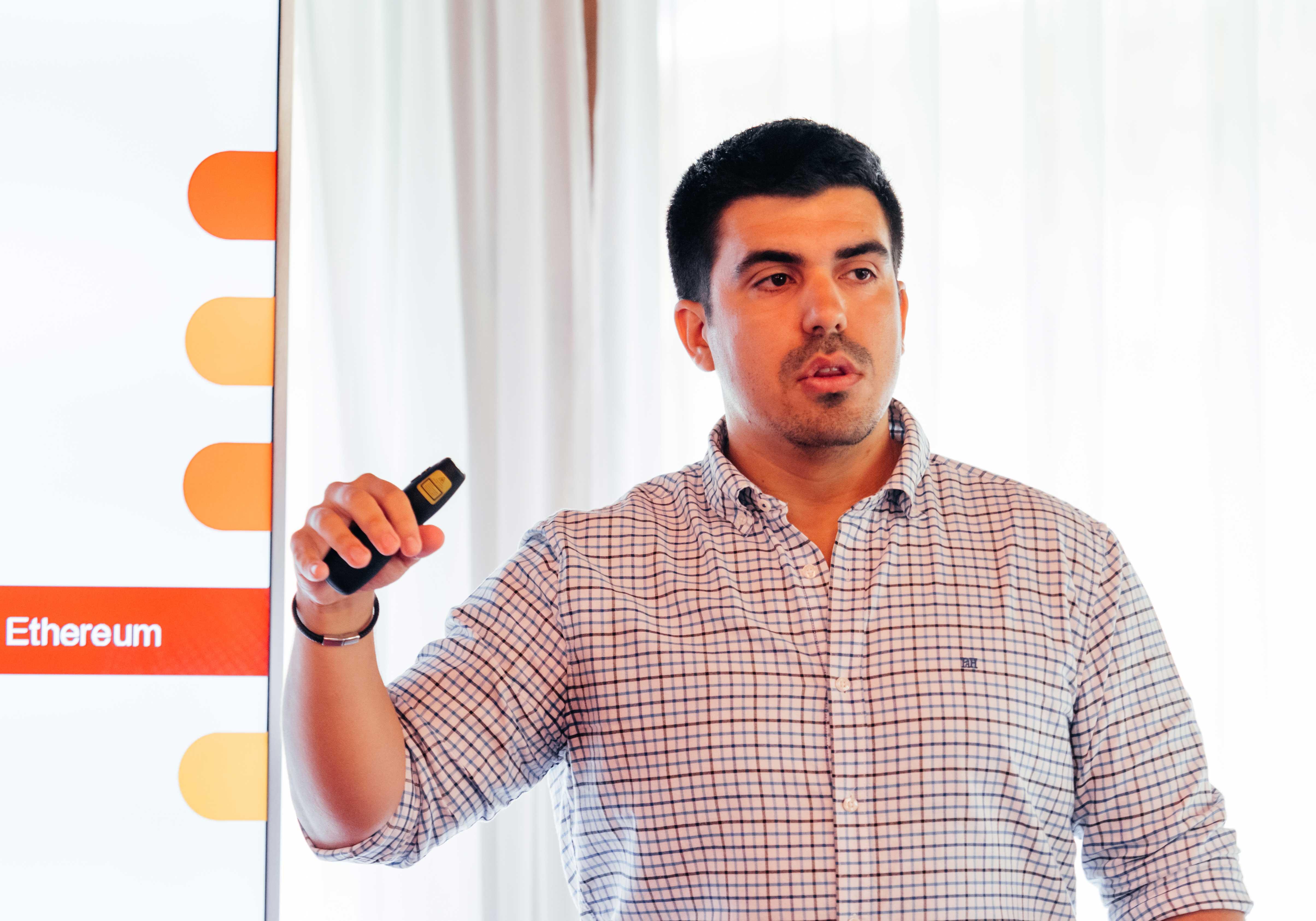 15 июля участники Летнего Кампуса РАНХиГС узнали от координатора Мадридского политехнического университета Хесуса Педро Касильяса о том, что такое блокчейн, в чем состоят особенности этой системы и почему крупные компании используют ее.