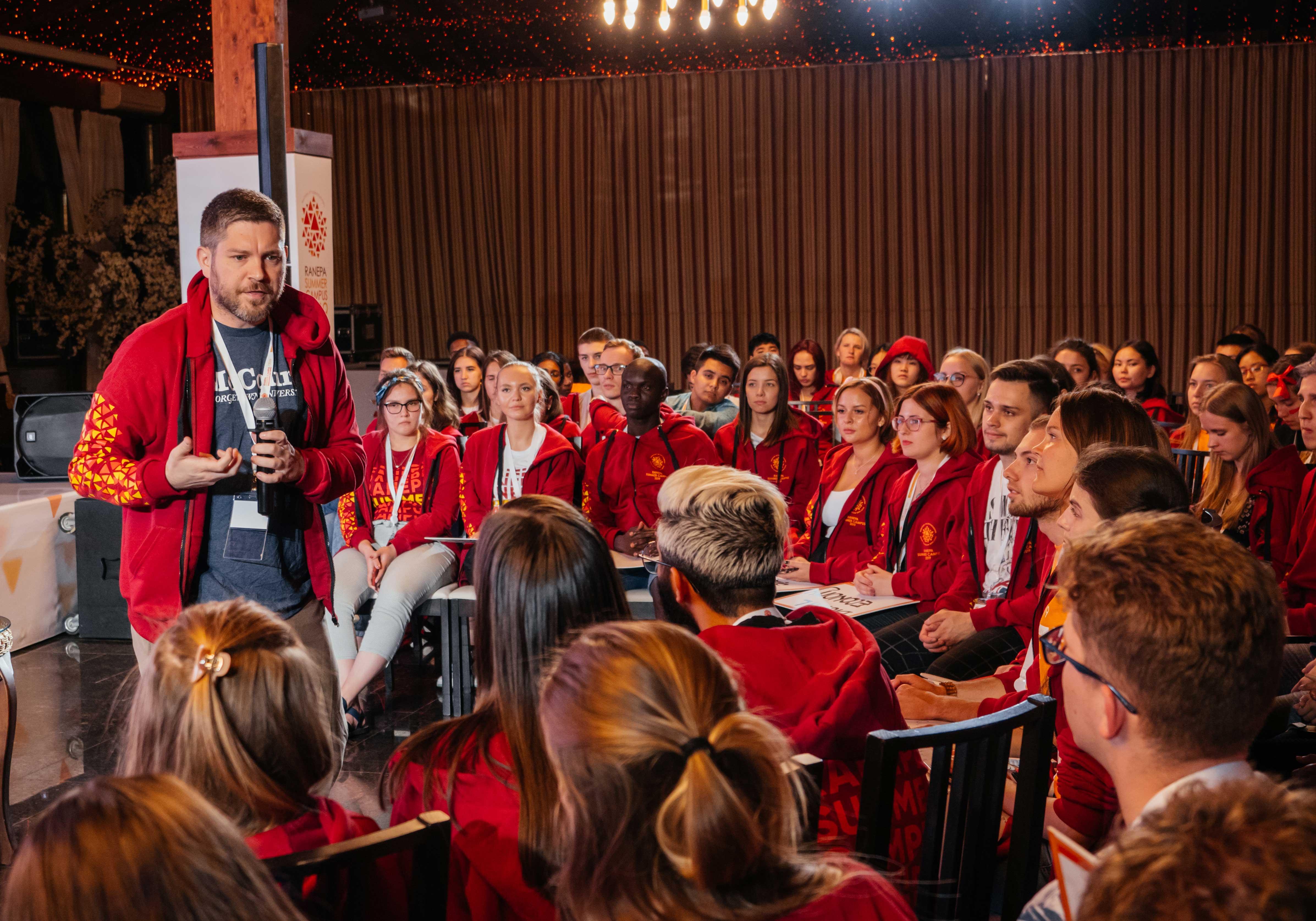 15 июля основатель и президент Preparing Global Leaders Foundation, профессор Президентской академии Сэм Потоликкио рассказал участникам Международного летнего кампуса РАНХиГС о когнитивной харизме, эффективном принятии решений и способности убеждать